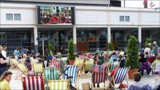 Crowd on deck chairs watch Simon Boccanegra relayed live from Covent Garden