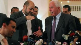 Fatah delegation chief Azzam al-Ahmed shakes hands with Hamas deputy leader Mussa Abu Marzuq, Cairo (27 April 2011)