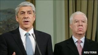 Portugal's caretaker prime minister Jose Socrates (L) and finance minister Fernando Teixeira dos Santos