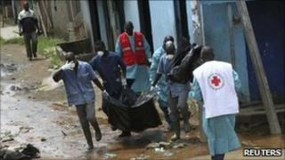 Red Cross workers retrieve bodies from Yopougon, Abidjan, Ivory Coast (4 May 2011)