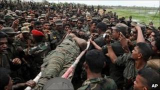 Sri Lankan troops with the body of Velupillai Prabhakaran
