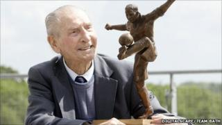 Ivor Powell with a bronze figure of himself