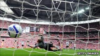 Bolton keeper Jussi Jaaskelainen is unable to stop Matthew Etherington's opener