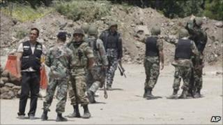 Lebanese soldiers at the Syrian-Lebanese border near Tal Kalakh (16 May 2011)