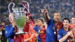 Barcelona players celebrate with trophy after beating Manchester United in the 2009 final