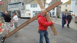 Lyndsay Hamon with his cross