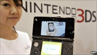 Model holding Nintendo 3Ds