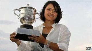 China's Li Na holds the Roland Garros French Open tennis championship trophy