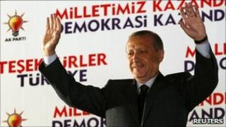 Recep Tayyip Erdogan waves to AKP supporters in Ankara (12 June 2011)
