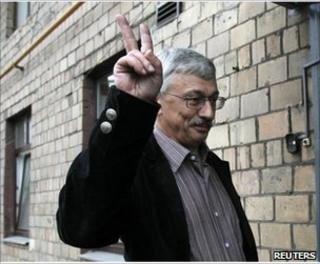 Memorial's Oleg Orlov flashes a victory salute arriving at Moscow's Khamovnichesky magistrate's court, 14 June