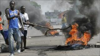 Supporters of Alassane Ouattara burn tires during a protest in the Koumassi district of Abidjan, Ivory Coast (16 December 2010)