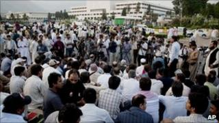 Pakistani journalists protest outside parliament against the killing of Saleem Shahzad (file photo)