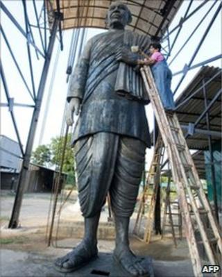 Sculptor gives the final touches to a bronze statue of former Indian Home Minister and Deputy Prime Minister, the late Sardar Vallabhbhai Patel - 2008