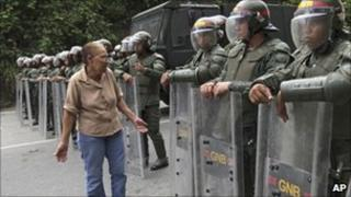 An inmate's relative argues with national guardsmen outside the El Rodeo I prison in Guatire, Venezuela (18 June 2011)