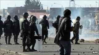 Protesters (right) clash with riot police near Juliaca airport. Photo: 24 June 2011