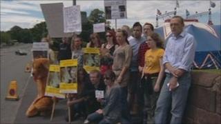 Protesters at Circus Mondao
