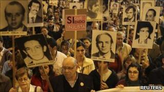 Uruguayans display pictures of relatives during an annual demonstration in Montevideo (20 May 2011)