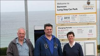Mayor Ron Tulley, holidaymaker Andrew Lawrence and Morag Robertson from Parking Action St Ives