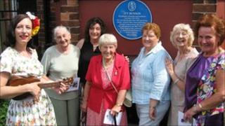 Tricity Vogue (with ukulele) and former members of Ivy Benson's band: Sylvia England (trumpet), Claudia Colmer (double bass), Margaret Chappell (double bass), Tanza McKernon (trumpet), Nora Lord (trombone), Carol MacBean (saxophone)