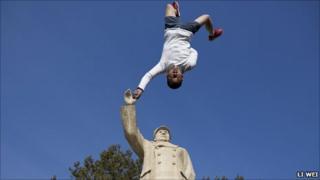 Li Wei's image of man and Mao Zedong statue