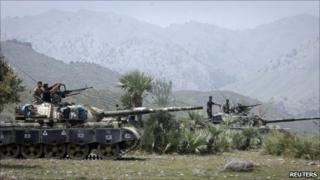 Pakistani tanks on the Afghan border (July 2011)