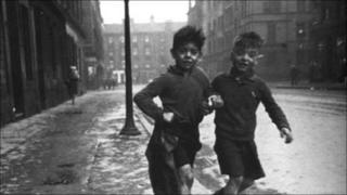 Les Mason, left, and George Davis in the Gorbals in 1948