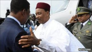 Niger's President Mahamadou Issoufou is welcomed by Benin President Thomas Yayi Boni on his arrival for a regional conference on political integration, security and economic matters in Cotonou, July 18 2011
