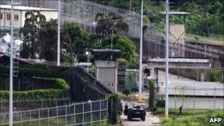 Venezuelan national guards try to enter El Rodeo prison in Guatire on 20 June, 2011