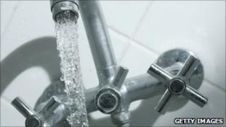 Gushing bath tap