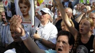 Supporters of former Ukranian PM Yulia Tymoshenko demonstrate outside the court in Kiev.