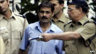 Pakistani man Ashfaq Arif (C) is escorted by Indian policemen as he walks out of court in Delhi on 31 October 2005