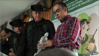 Defence Minister Rodrigo Rivera (r) and Police Chief Oscar Naranjo (l) inspect a homemade mortar shell