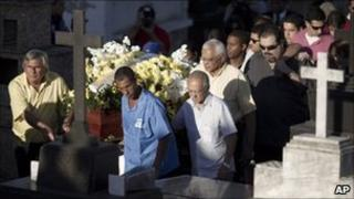Funeral procession for Patricia Acioli in Niteroi, Brazil (12 Aug 2011)