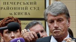Former Ukrainian President Viktor Yushchenko speaks to reporters outside the courthouse in Kiev, 17 August