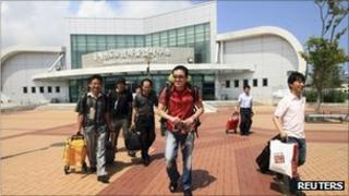 South Korean workers arrive back home after leaving Mt Kumgang on 23 August 2011