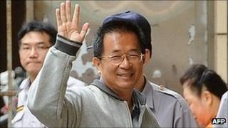 Former Taiwan president Chen Shui-bian waves as he arrives at the Taiwan High Court in Taipei (August 2011)