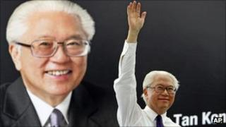 Tony Tan addresses crowd in Singapore's financial district, 24 August 2011