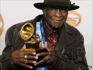 David 'Honey-Boy' Edwards poses at the Grammy Awards in Los Angeles (file image from 2008)