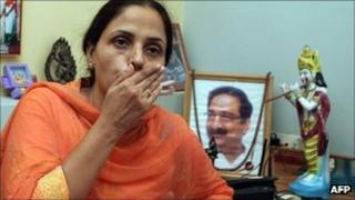 Jagruti Harenbhai Pandya with a photo of her husband Haren Pandya at a press conference in 2007