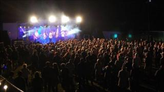 Fans watch the New Town Kings at the 2010 Brownstock Festival