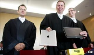 """Samsung""""s lawyers showing a Apple iPad computer tablet and a Samsung Galaxy Tab at the Duesseldorf courthouse"""