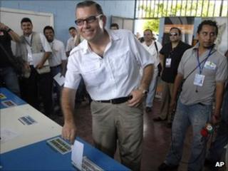 Manuel Baldizon of the Democratic Freedom Revival Party votes in Peten, 11 Sept 2011