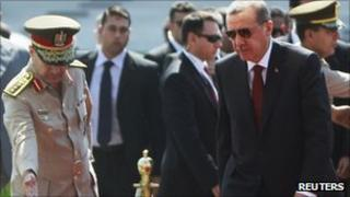 Turkey's Prime Minister Recep Tayyip Erdogan (r) visits the tomb of the late former President Anwar al-Sadat and Unknown Soldier monument in Cairo