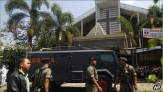 Police outside the church in Solo, Indonesia (25 Sept 2011)