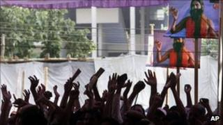 Followers of yogi Baba Ramdev cheer during his hunger strike in Delhi (4 June 2011)