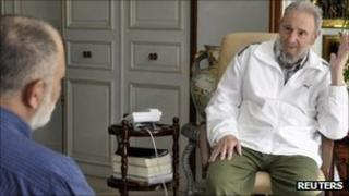 Former Cuban leader Fidel Castro and Venezuelan television journalist Mario Silva (left) talk during an interview in Havana on 4 September 2011 - picture released by CubaDebate