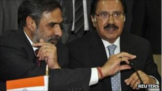 Indian Trade Minister Anand Sharma (L) and his Pakistani counterpart Makhdoom Amin Fahim at the Delhi talks