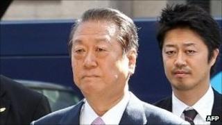 Ichiro Ozawa (left) enters the Tokyo district court. Photo: 6 October 2011