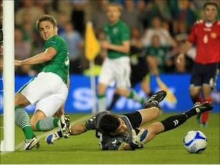 Republic of Ireland's Kevin Doyle (L) looks back at his attempted goal as Armenia's goalkeeper Arsen Petrosyan