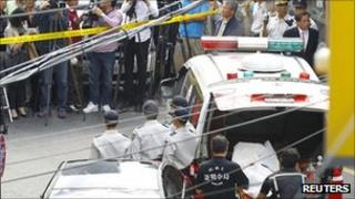 Police carry the body of Chung Ku-haeng, head of Jeil 2 Savings Bank, who jumped to his death in an apparent suicide on 23 September 2011